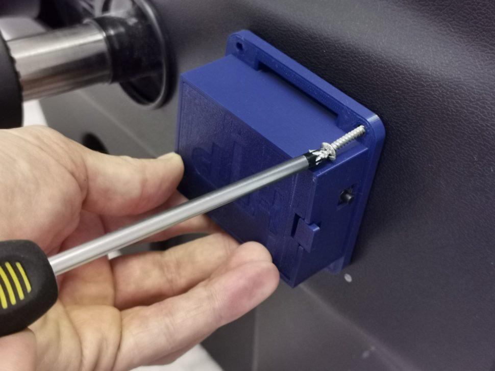 po inštalácii stlačiť tlačítko nazariadení zboku
